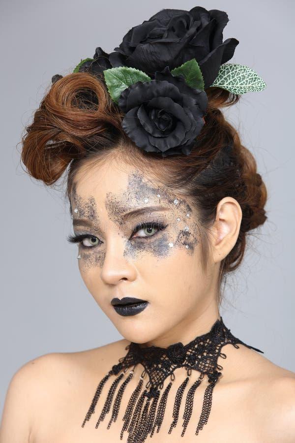 Utsmyckad idérik talangsmink- och hårstil på asiatiskt härligt fotografering för bildbyråer
