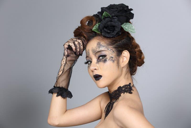 Utsmyckad idérik talangsmink- och hårstil på asiatiskt härligt royaltyfria bilder