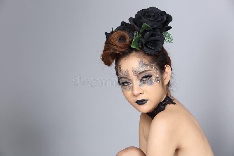 Utsmyckad idérik talangsmink- och hårstil på asiatiskt härligt royaltyfri fotografi