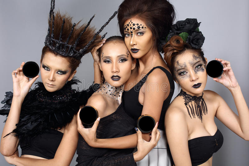 Utsmyckad idérik talangsmink- och hårstil på gruppen av fyra som royaltyfri foto