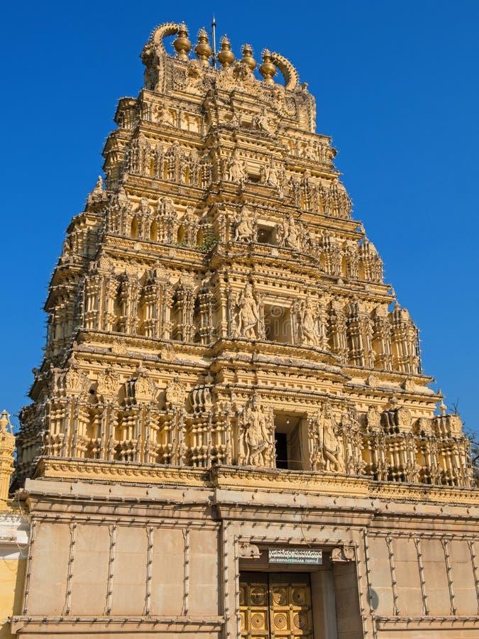 Utsmyckad ingång till en hinduisk tempel i Mysore arkivfoto