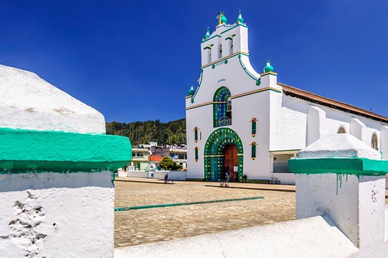 Utsmyckad kyrka, Chamula, Mexico royaltyfria bilder