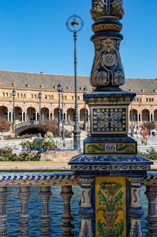 Utsmyckad lampstolpe vid vallgraven i Plaza de España, Seville royaltyfri fotografi