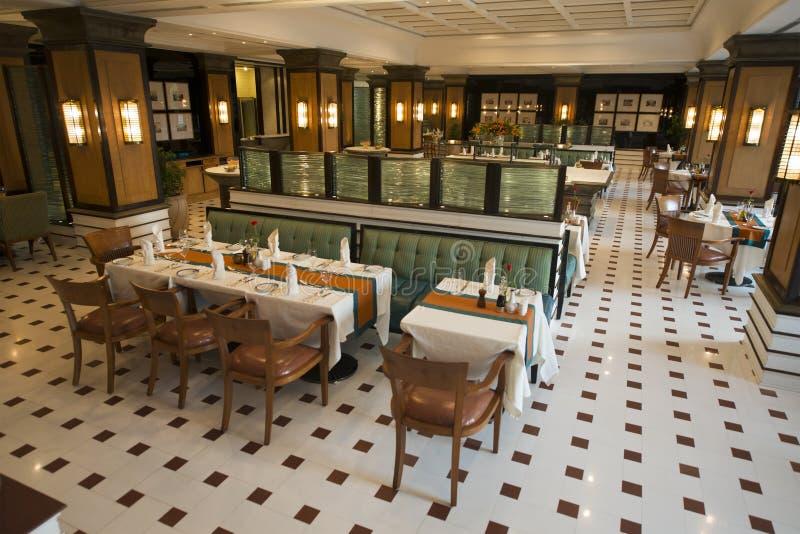 Utsmyckad restaurang i ett hotell för lyxig semesterort royaltyfria bilder