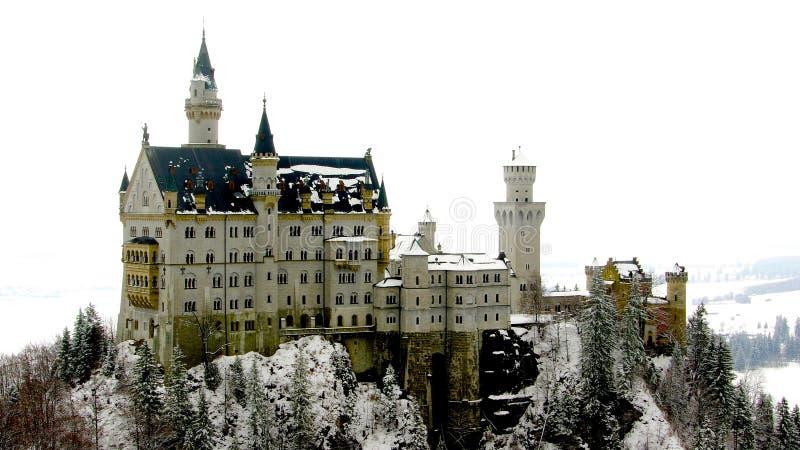 Utsmyckad slott i den snöNeuschwanstein slotten i den Fussen Tyskland Europa arkivbild