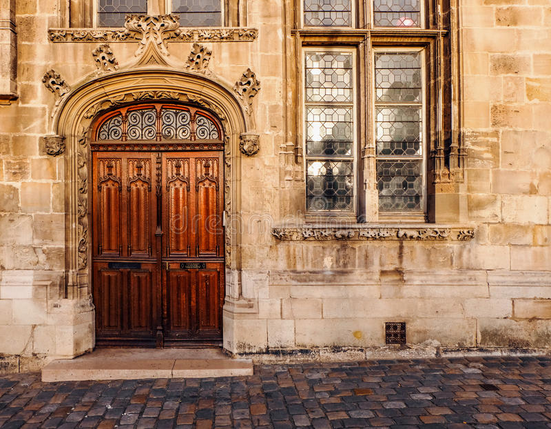 Utsmyckad trädubbel dörr av en gammal kyrka royaltyfri fotografi