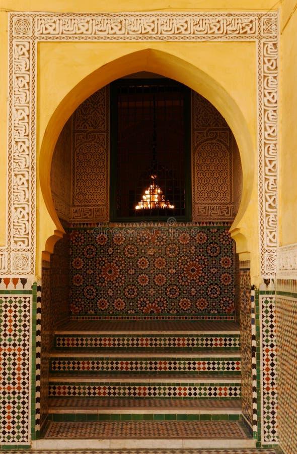 Utsmyckad valvgång i mausoleum av Moulay Ismail i Meknes, Marocko arkivfoto