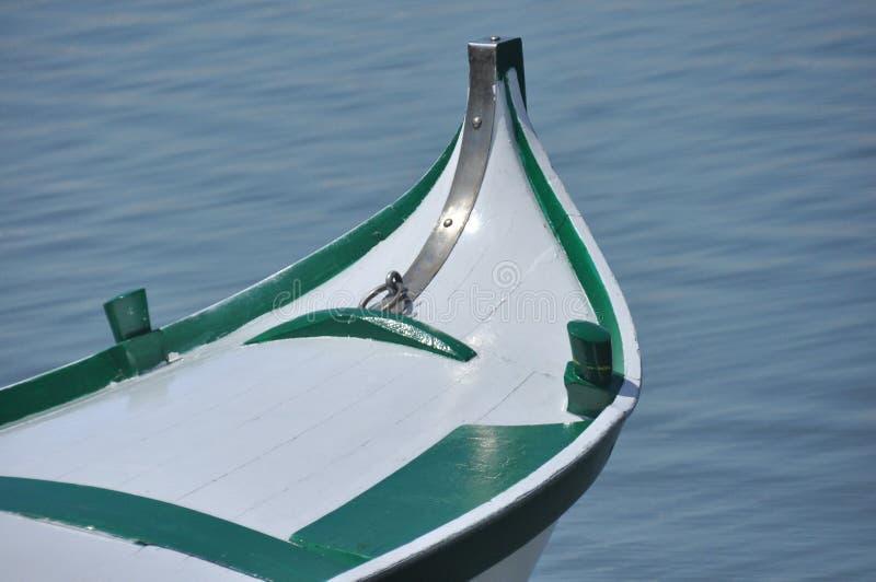 Utsmyckade beståndsdelar av en gondol som svävar på kanaler i Venedig fotografering för bildbyråer