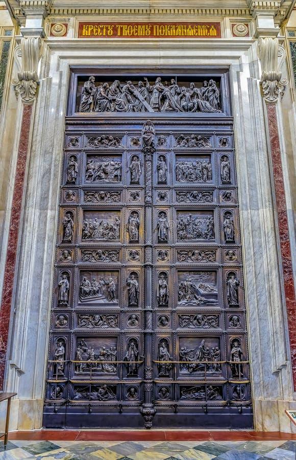 Utsmyckade detaljer av de stora västra dörrarna av helgonet Isaac' rysk ortodox domkyrka för s i St Petersburg, Ryssland royaltyfria bilder