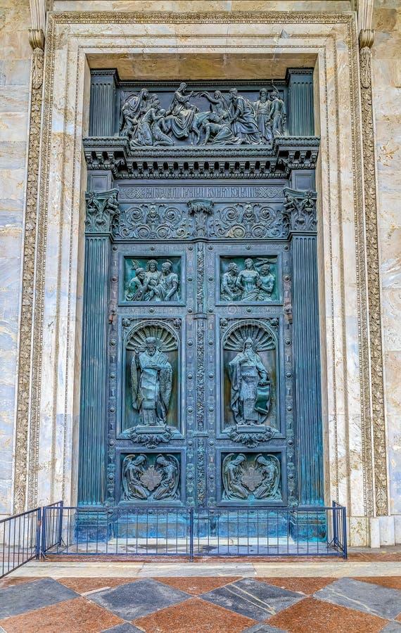 Utsmyckade detaljer av de stora västra dörrarna av helgonet Isaac' rysk ortodox domkyrka för s i St Petersburg, Ryssland royaltyfri bild