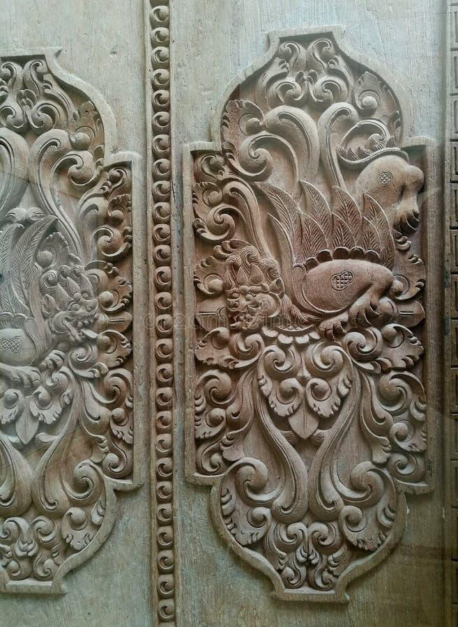 Utsmyckade detaljer för Balineseträskulpturkonst arkivbilder