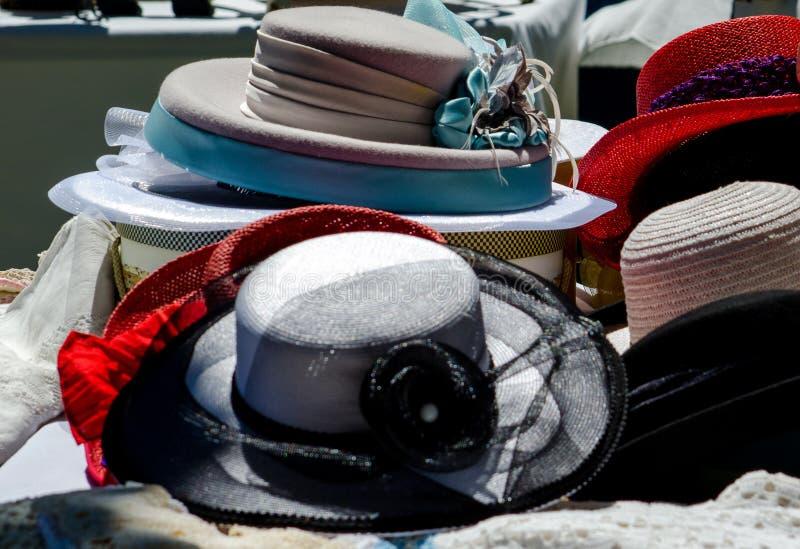 Utsmyckade gamla hattar på en utomhus- marknad arkivfoto