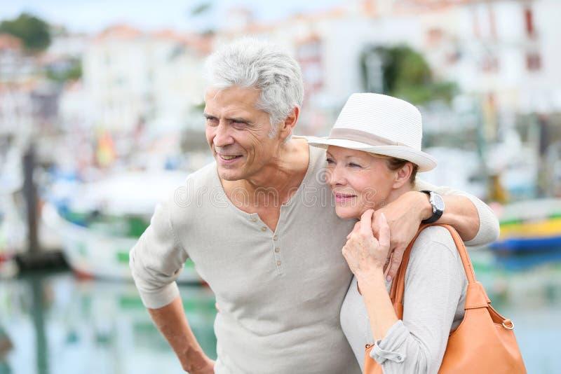 Utsmyckade höga par på att besöka för ferier royaltyfri foto