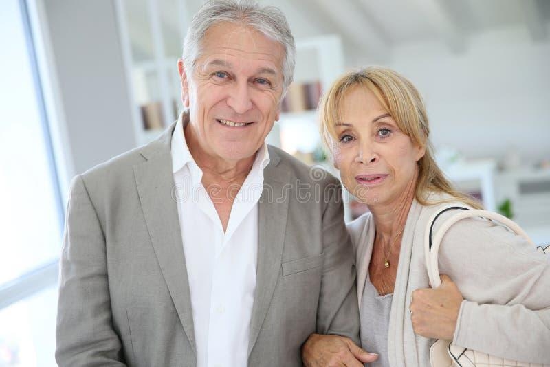 Utsmyckade höga par som hemma står arkivfoto