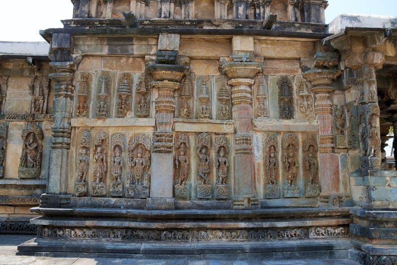 Utsmyckade lättnader för väggpanel som visar hinduiska gudar, Ranganayaki, Andal, tempel, Chennakesava tempelkomplex, Belur, Karn arkivfoton