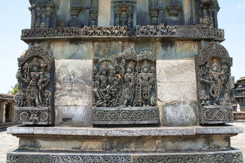 Utsmyckade lättnader för väggpanel som visar hinduiska gudar, Ranganayaki, Andal, tempel, Chennakesava tempelkomplex, Belur, Karn royaltyfri fotografi