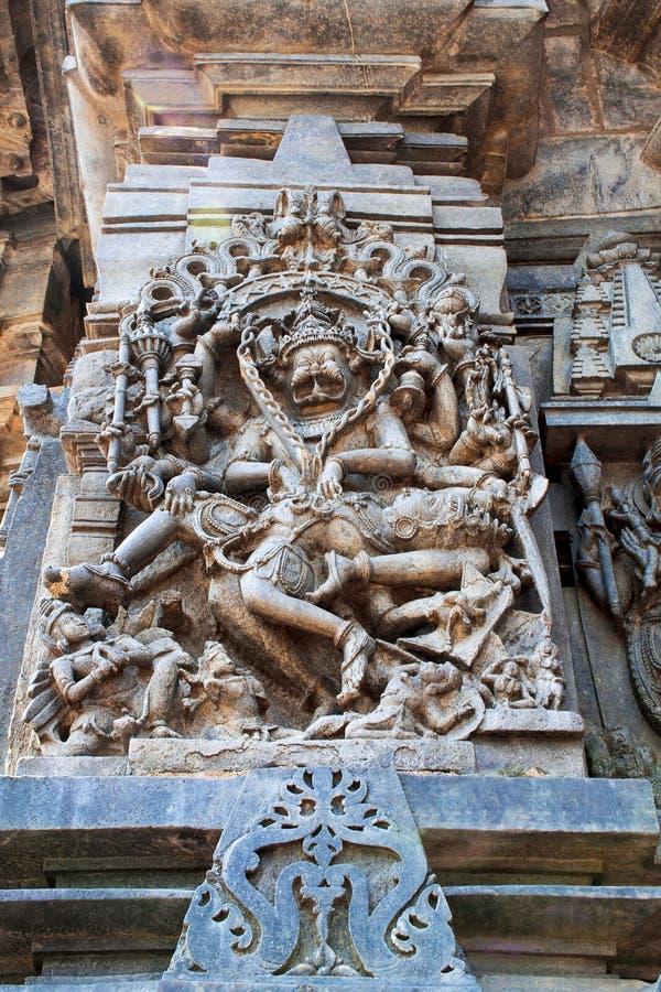 Utsmyckade lättnader för väggpanel som visar Narsimha, inkarnation av Vishnu, södra västra hörn, Chennakesava tempel, Belur, Karn royaltyfri bild