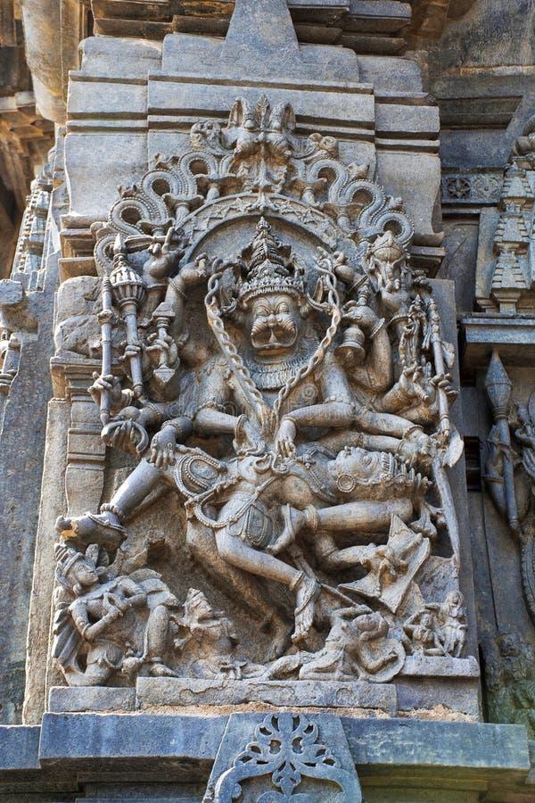 Utsmyckade lättnader för väggpanel som visar Narsimha, inkarnation av Vishnu, södra västra hörn, Chennakesava tempel, Belur, Karn fotografering för bildbyråer