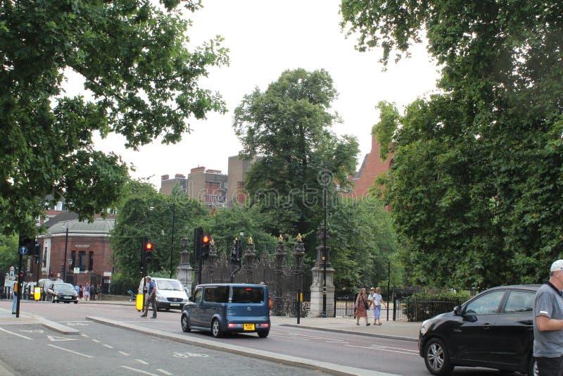 Utsmyckade portar nära Hyde Park London royaltyfria foton