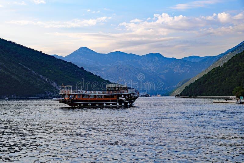 Utsmyckat dagkryssningfartyg, fjärd av Kotor, Montenegro arkivbild