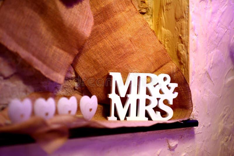Utsmyckat MR&MRS-tecken som en garnering för w-bröllop fotografering för bildbyråer