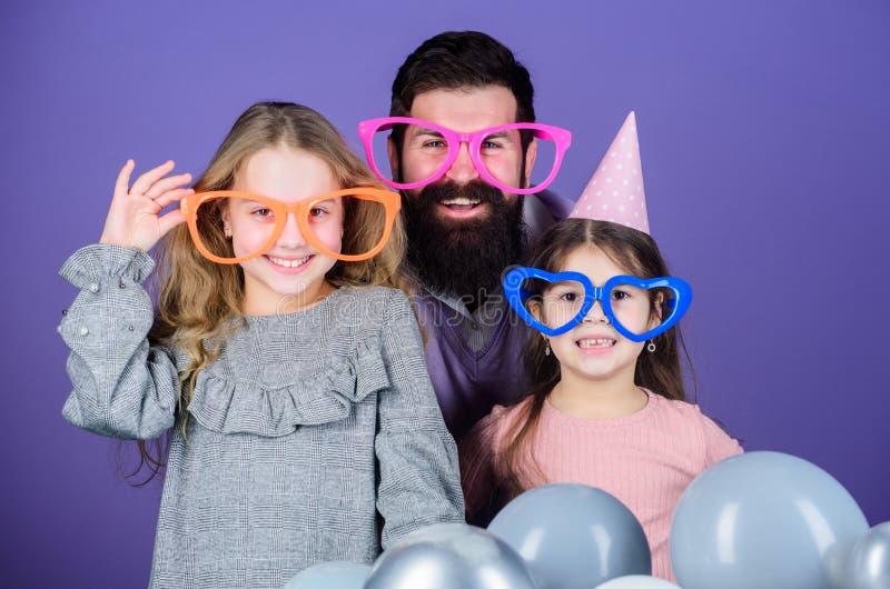 Utsmyckat parti Familj av fadern och döttrar som bär partiskyddsglasögon Familjparti Lycklig familj som firar födelsedagpartiet arkivbild