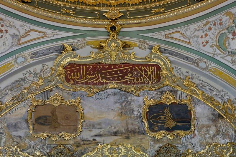 Utsmyckat tak i den Topkapi slotten och museet i Istanbul arkivbilder