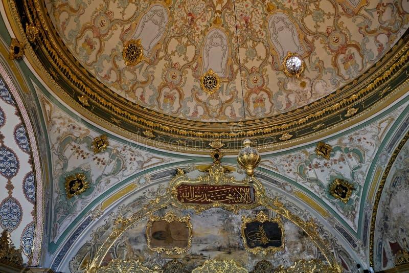 Utsmyckat tak i den Topkapi slotten och museet i Istanbul royaltyfri fotografi