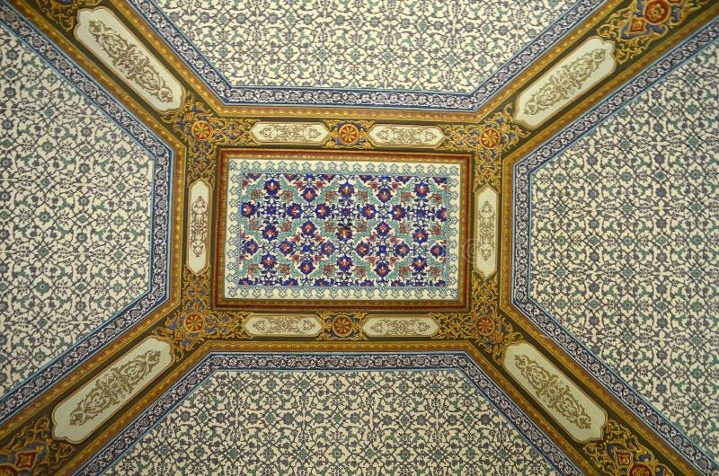 Utsmyckat tak i den Topkapi slotten och museet i Istanbul Turkiet arkivbilder