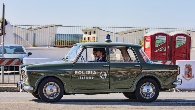 Utställning av bilar för tappning för italienareAlfa Romeo företag med den berömda modellen Giulia Super som används i kvinnligt  royaltyfri foto