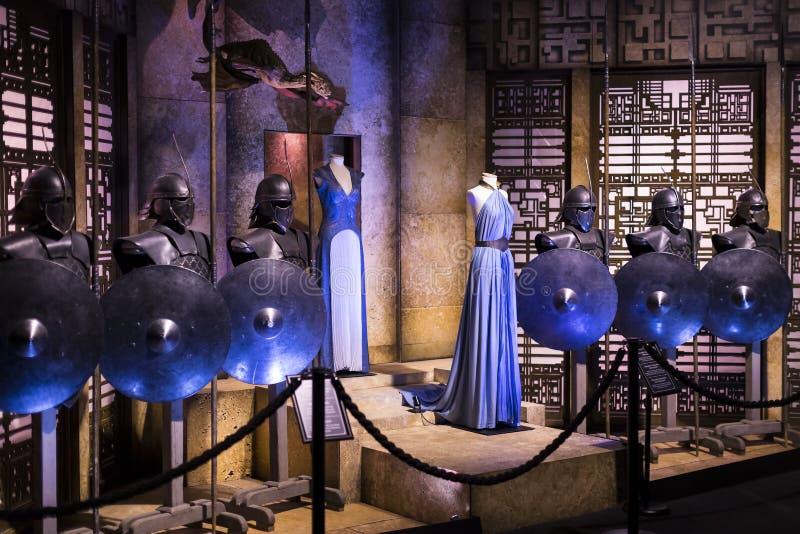 Utställning av dräkter och stöttor från film`en The Game av biskopsstol` i lokalen av det maritima museet av Barcelona royaltyfri foto