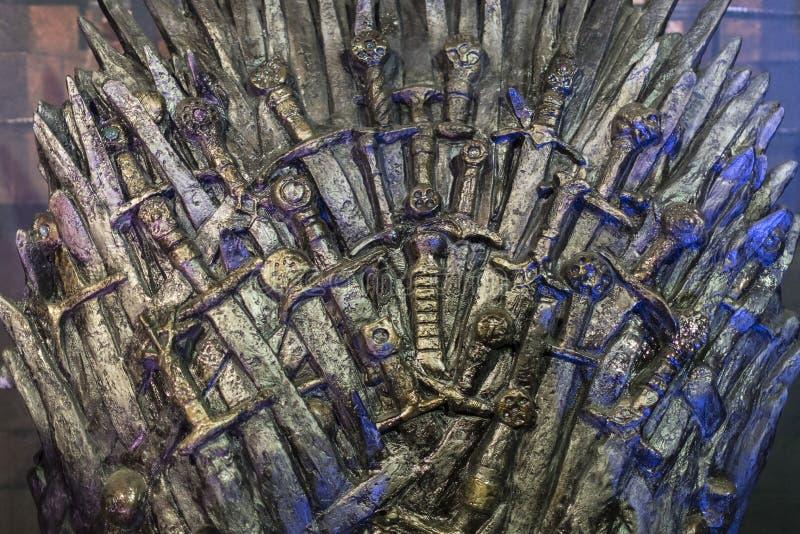 Utställning av dräkter och stöttor från film`en The Game av biskopsstol` i lokalen av det maritima museet av Barcelona arkivbilder