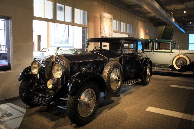 Utställning av historiska utsmyckade medel på skärm, bilmuseum, Saratoga Springs, NY, 2015 royaltyfri bild