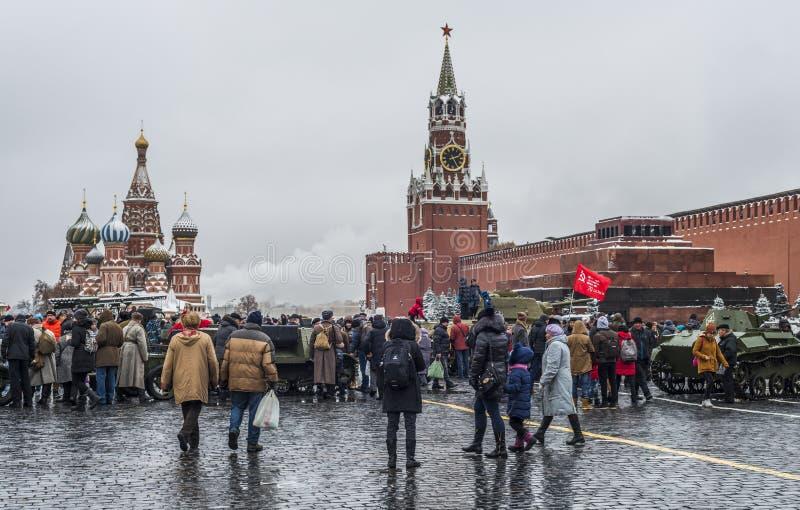 Utställning av militär utrustning på röd fyrkant i Moskva arkivbilder