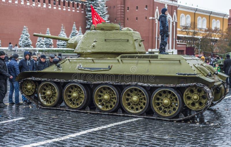 Utställning av militär utrustning på röd fyrkant i Moskva royaltyfria bilder