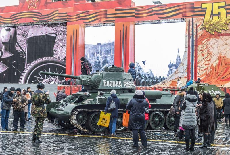 Utställning av militär utrustning på röd fyrkant i Moskva royaltyfri bild