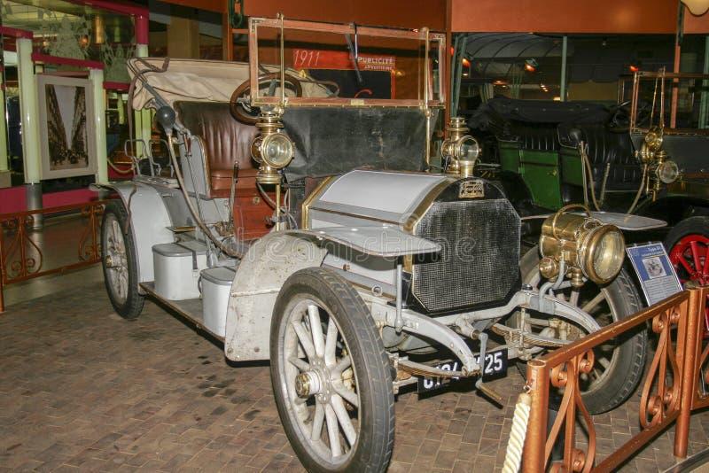 Utställning av Peugeot bilar på det Peugeot museet i Sochaux Frankrike arkivbild