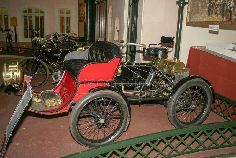 Utställning av Peugeot bilar på det Peugeot museet i Sochaux Frankrike arkivfoto