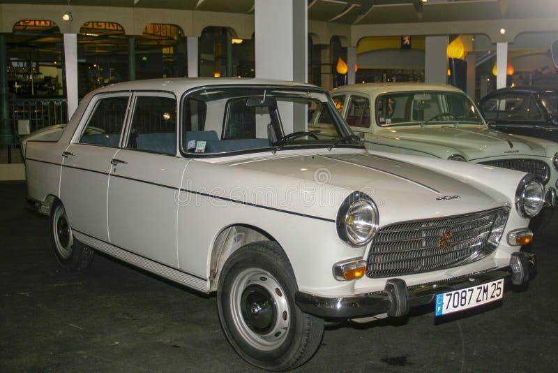 Utställning av Peugeot bilar på det Peugeot museet i Sochaux Frankrike royaltyfri bild