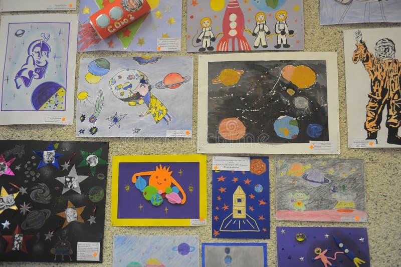 Utställning av teckningar för barn` s royaltyfri foto