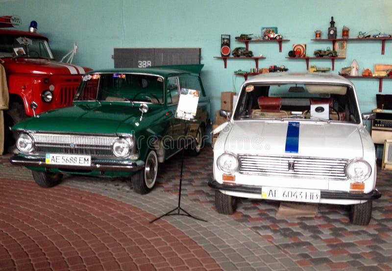 Utställning i museet av klassiska och retro bilar royaltyfri foto