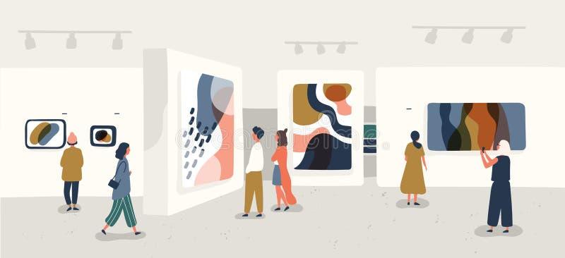 Utställningbesökare som beskådar moderna abstrakta målningar på samtida konstgallerit Folk angående idérika konstverk eller stock illustrationer
