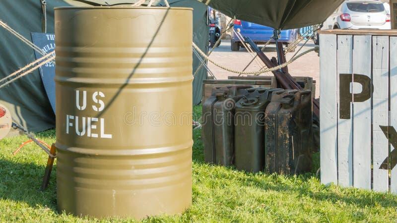 Utställningen av USA-bränsle trummar i ett återuppbyggt militärt läger royaltyfria foton