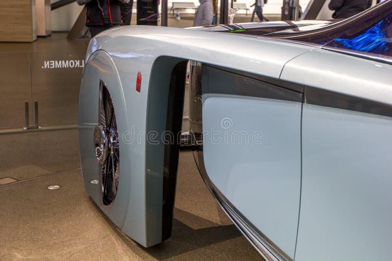 Utställningen på BMW museet framlägger den djärva begreppsbilen av framtid - lyxig 103EX-Rolls-Royce VISION DÄREFTER 100, Munich, arkivbild