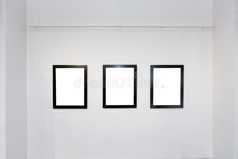 Utställninggalleriinre med tomma ramar på väggen arkivfoton