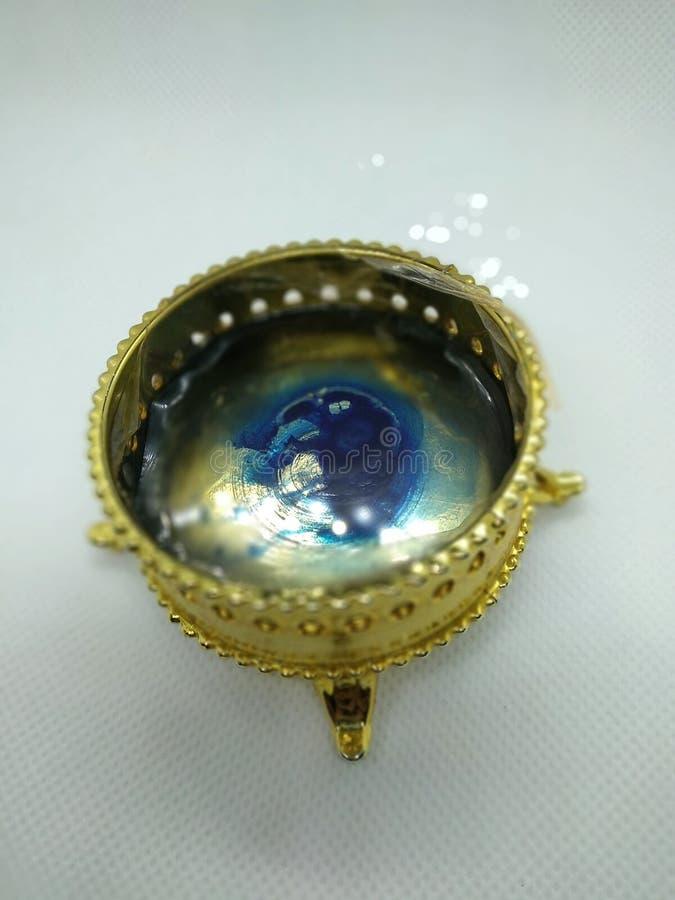 Utställningsföremål som innehåller vatten och någon blå färgflytande royaltyfri foto