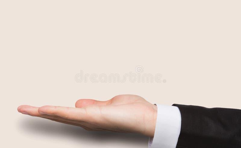Utsträckt manlig hand över rosa bakgrund arkivfoto