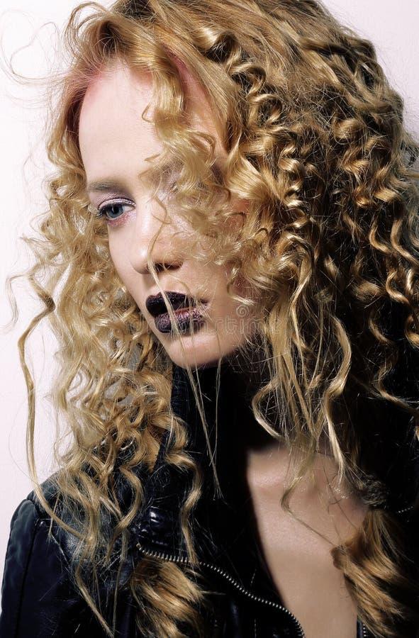 utstrålning egenart lockigt hårkvinnabarn arkivfoto