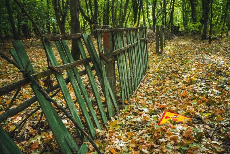 Utstrålningstecken - triangulärt varnande gult tecken av utstrålningsfaran i zonen av radioaktivt nedfall i den Pripyat staden fotografering för bildbyråer