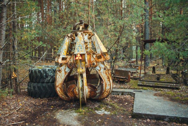 Utstrålningstecken - triangulärt varnande gult tecken av utstrålningsfaran i zonen av radioaktivt nedfall i den Pripyat staden royaltyfri bild